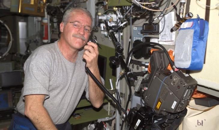 Astronauta John L. Phillips usando radio desde la ISS