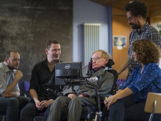 Stephen Hawking dando uso al sistema creado por Intel - Foto: Intel.com
