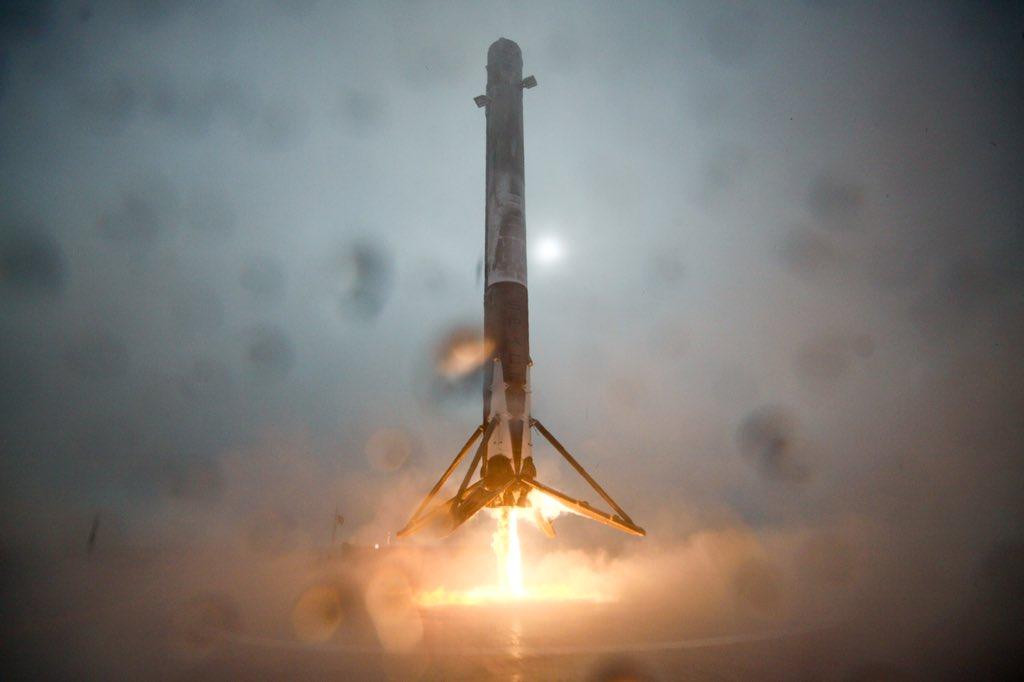 El Falcon 9 aterrizando | @SpaceX