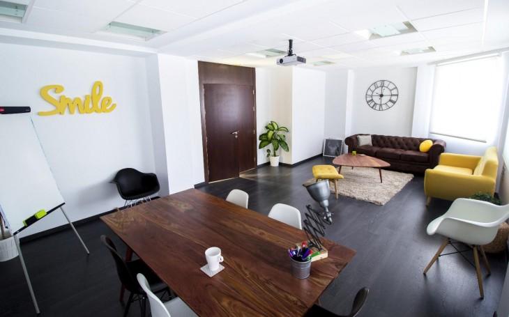 Sala de reuniones, con un mobiliario divertido que contribuye a que las reuniones sean más cálidas, cómodas y distendidas.