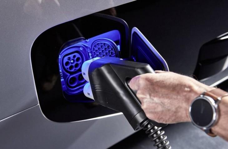 Carga eléctrica del camión. Foto: Daimler
