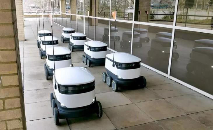 Robots autónomos entregando paquetes