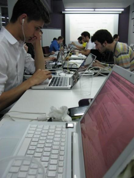 Participantes de la Hackatón Ibérica programando con APIs