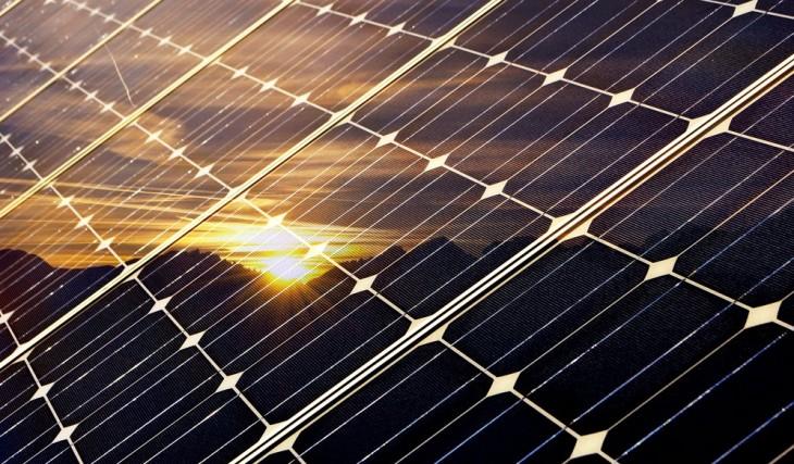 Imagen de paneles solares, de shutterstock.com