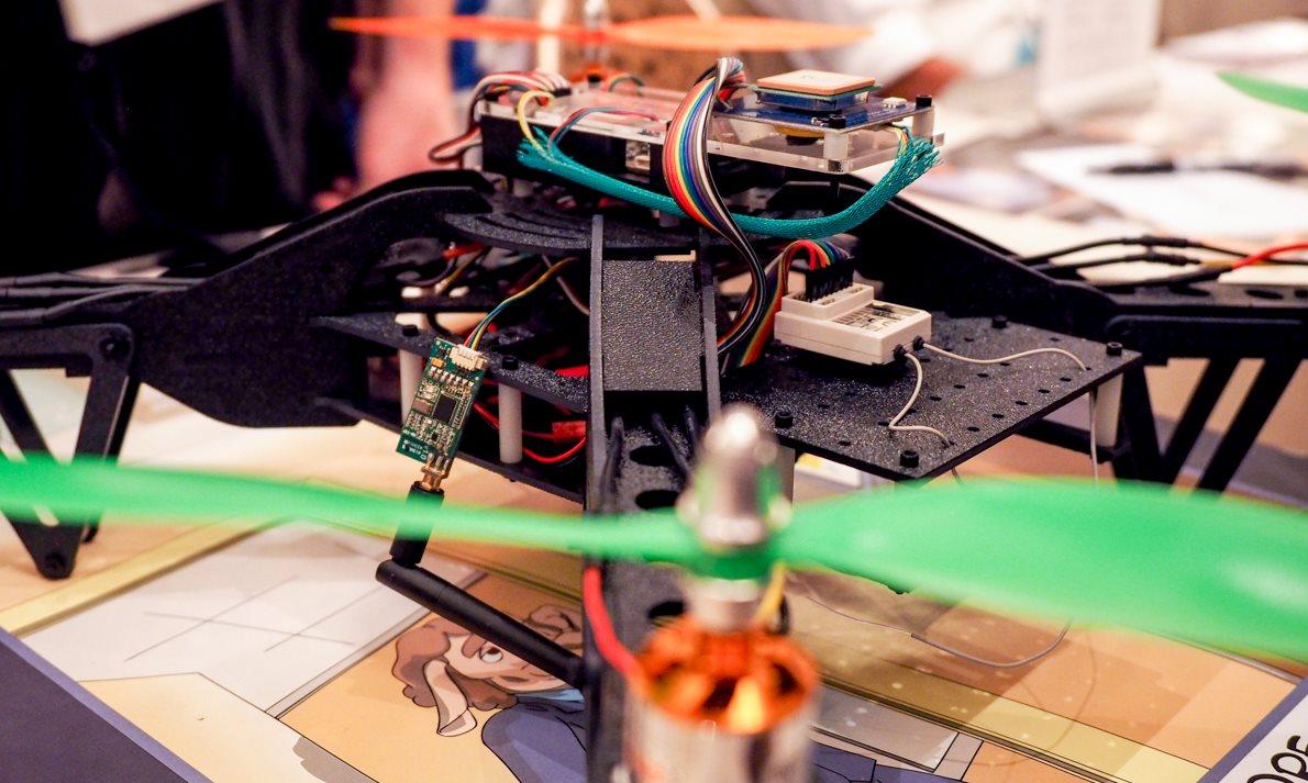 Un dron que roba datos mientras vuela por los despachos