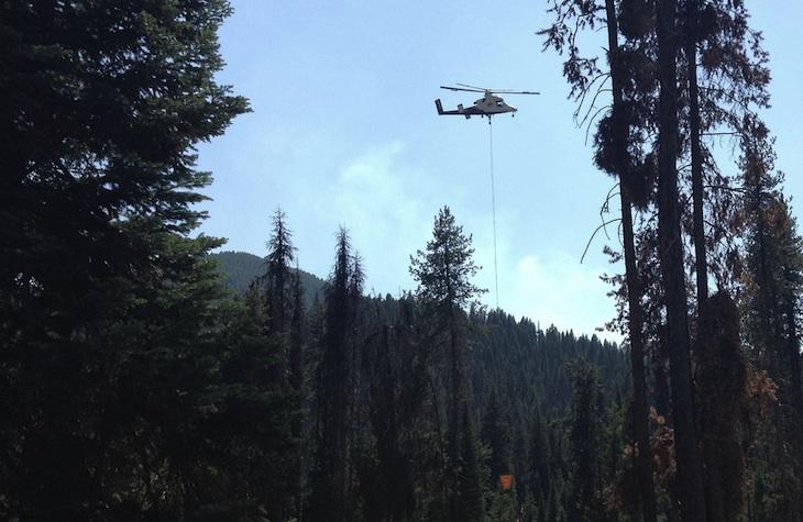 Prueban la capacidad para apagar incendios de un helicóptero controlado a distancia