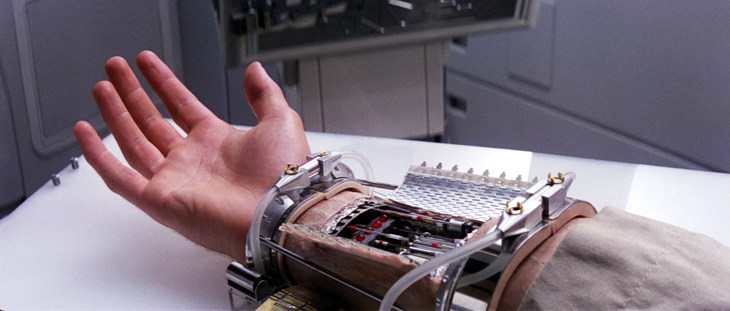 Luke Skywalker probando su prótesis de mano | Wikimedia