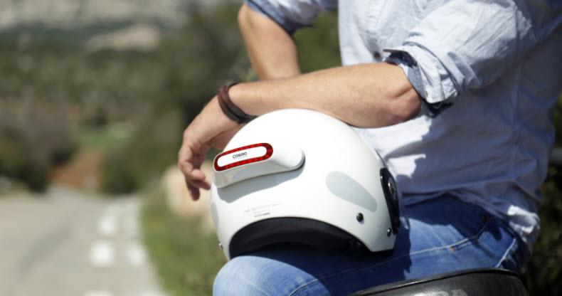 Un dispositivo que agrega funciones inteligentes a cualquier casco