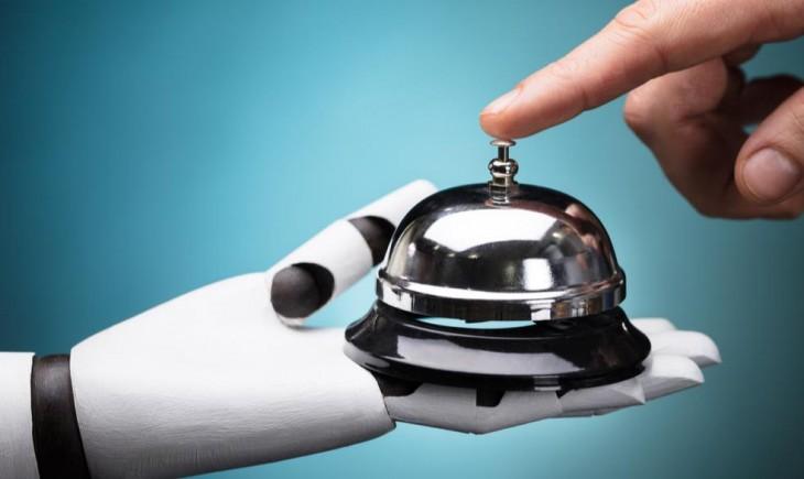 Mano tocando timbre en brazo robótico