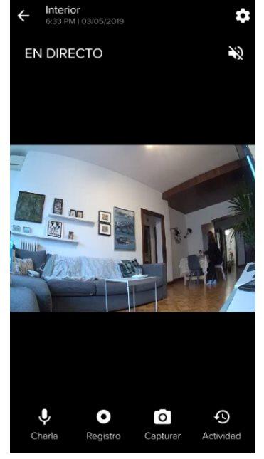 Visualización de la cámara Indoor, con opción de activar el modo charla (hablar y escuchar por la cámara como si de un teléfono se tratara, ideal para comunicarse con posibles intrusos), registrar lo que vemos o capturar la imagen.