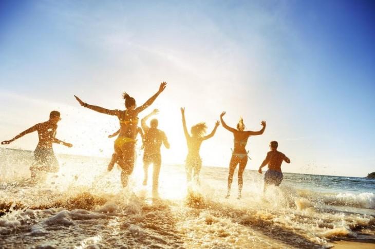 Imagen de jóvenes en la playa de iStock