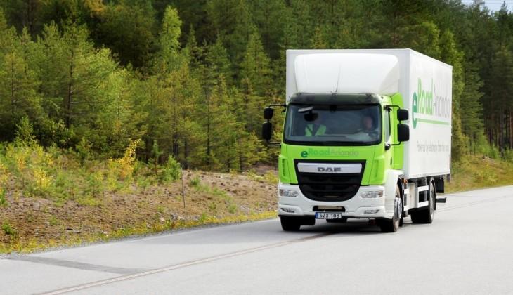 Camión circulando sobre riel que alimenta su batería.