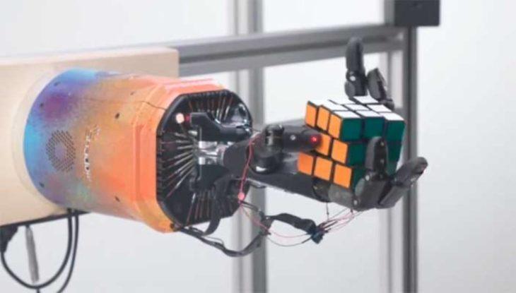 Desarrollan brazo robótico que puede resolver el cubo de Rubik con una sola mano