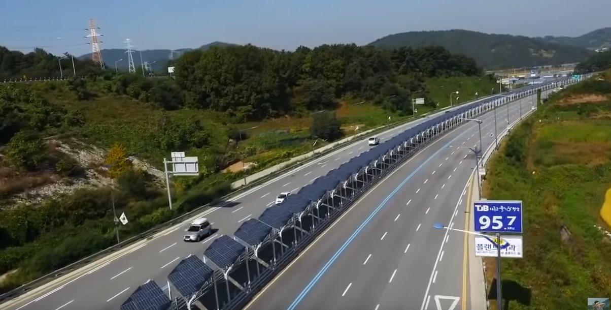 Un carril de bicicletas cubierto por paneles solares, en Corea