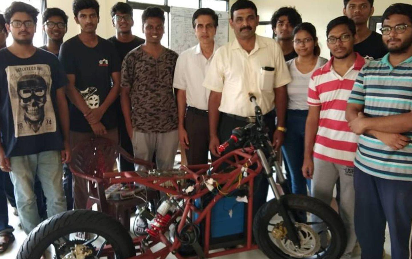 Estudiantes de ingeniería en India crean sus propias motos eléctricas