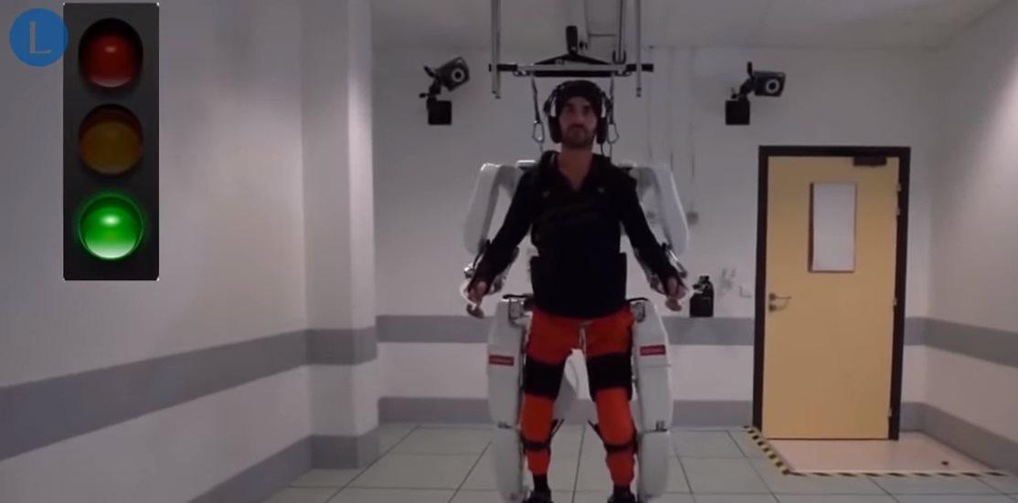 El hombre paralítico que pudo volver a caminar gracias a un exoesqueleto que lee la mente