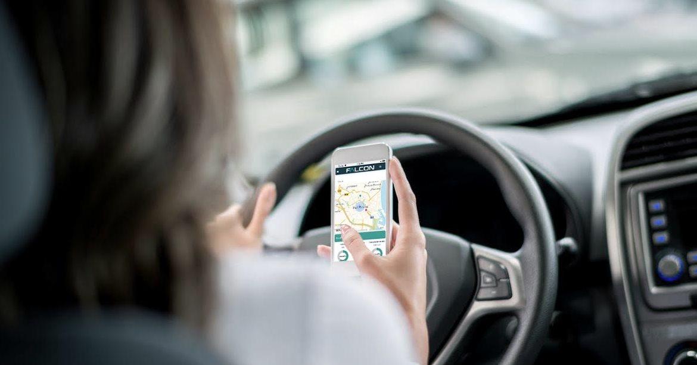 mujer conduciendo con mapa