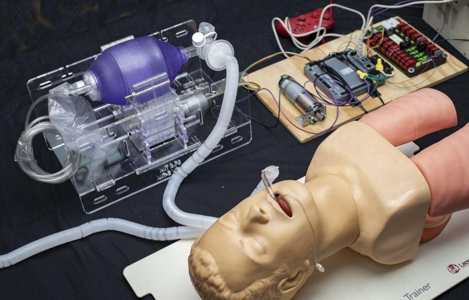 Equipo del MIT trabaja para crear un respirador de bajo costo con diseño de código abierto