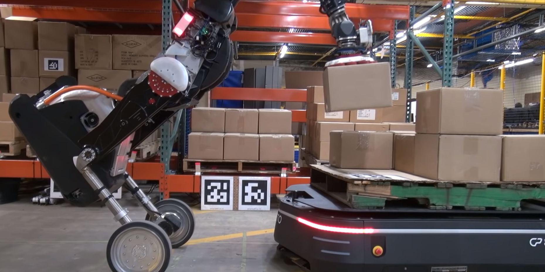Así colaboran robots en los almacenes para el trabajo pesado