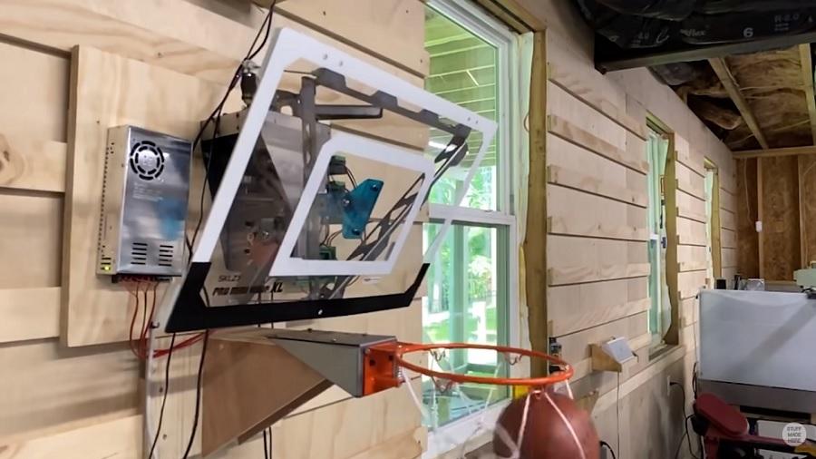Una canasta de baloncesto robótica creada para encestar todas las pelotas