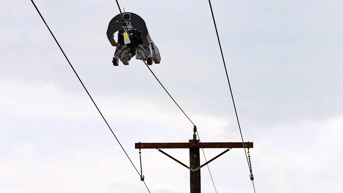 Facebook crea un robot para instalar cable de fibra óptica en la red eléctrica