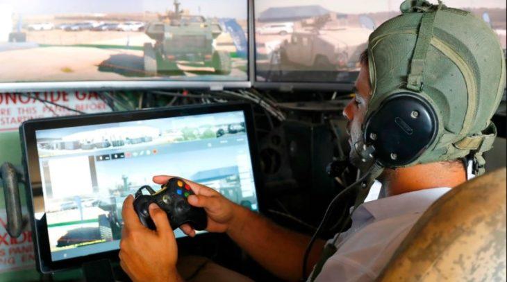 soldado israeli probando mando de xbox para controlar un tanque
