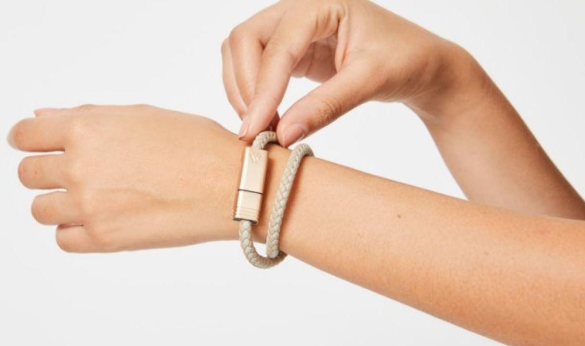 Una pulsera para cargar móviles, el invento del año
