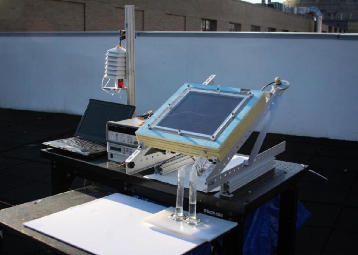 Para extraer agua del aire seco usando energía solar