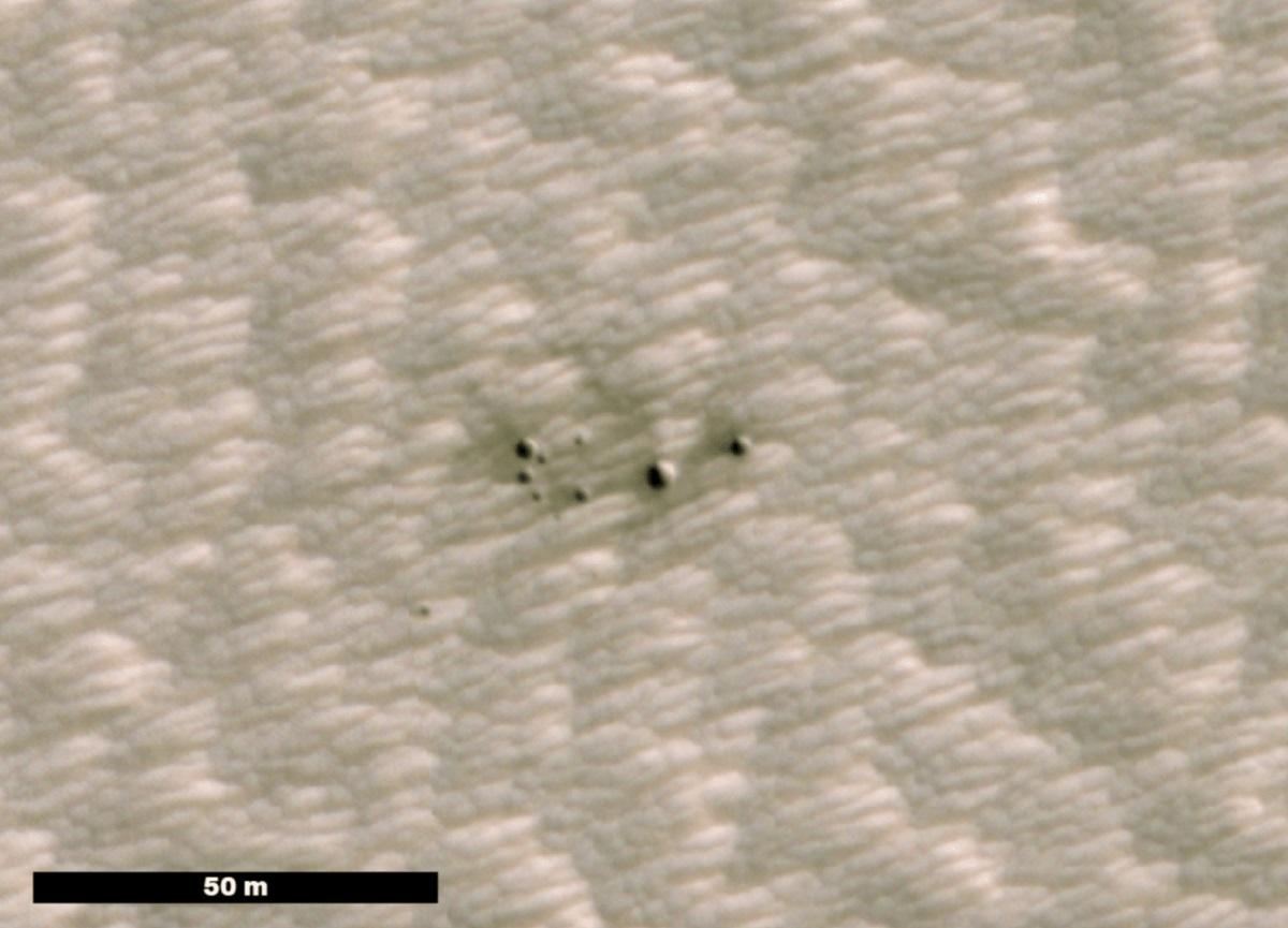 NASA revela imágenes de los primeros cráteres de Marte detectados con ayuda de la IA
