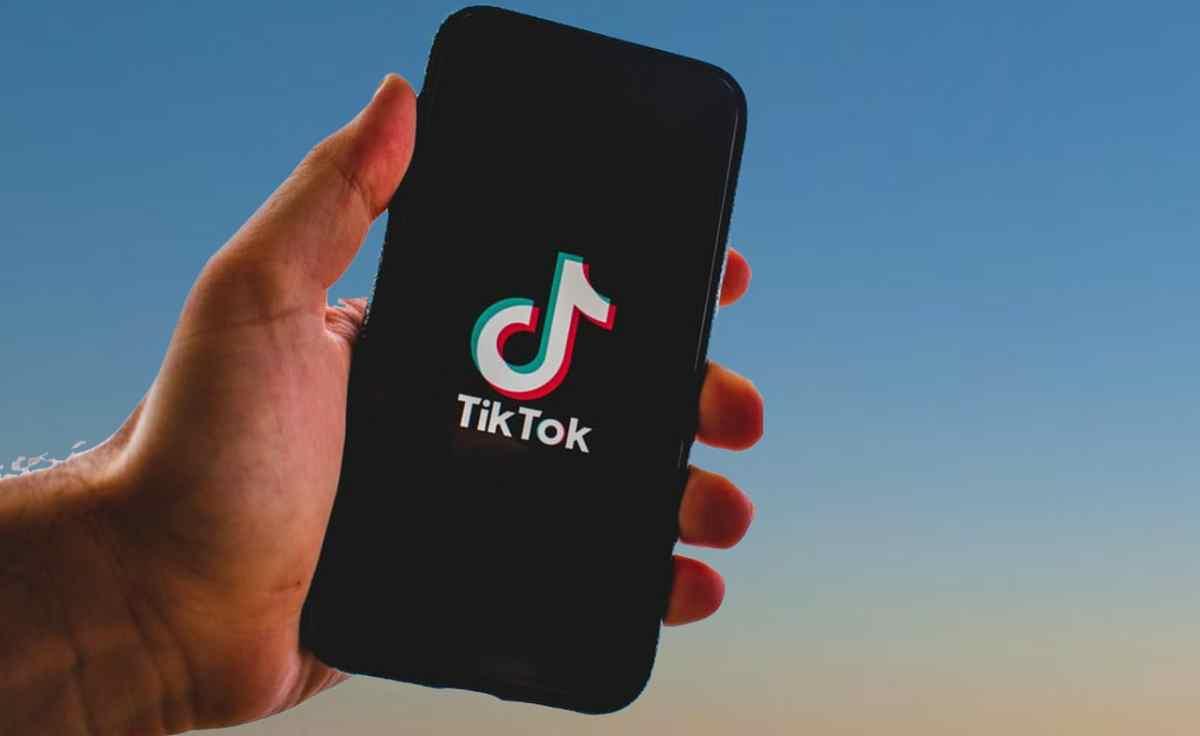 Tiktok presenta estrategia para combatir noticias falsas