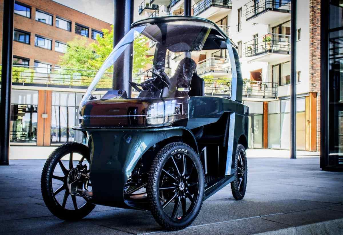 Una bicicleta eléctrica parecida a un coche compacto para circular por las ciudades