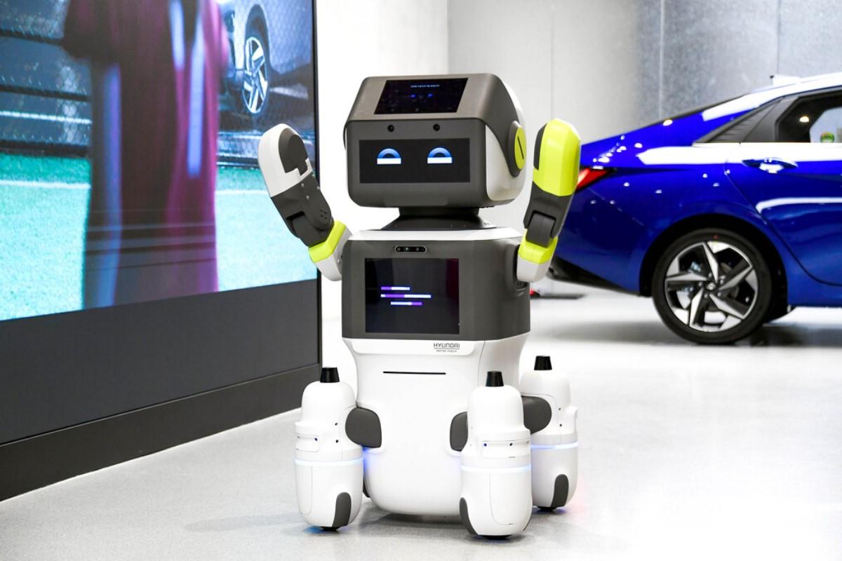 Conoce a DAL-e, el robot de Hyundai diseñado para brindar atención al cliente.