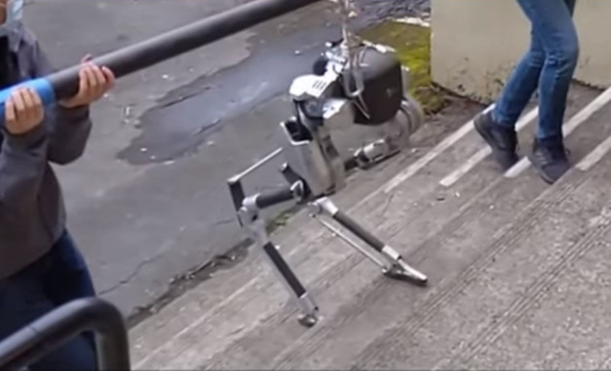 The blind robot that climbs stairs