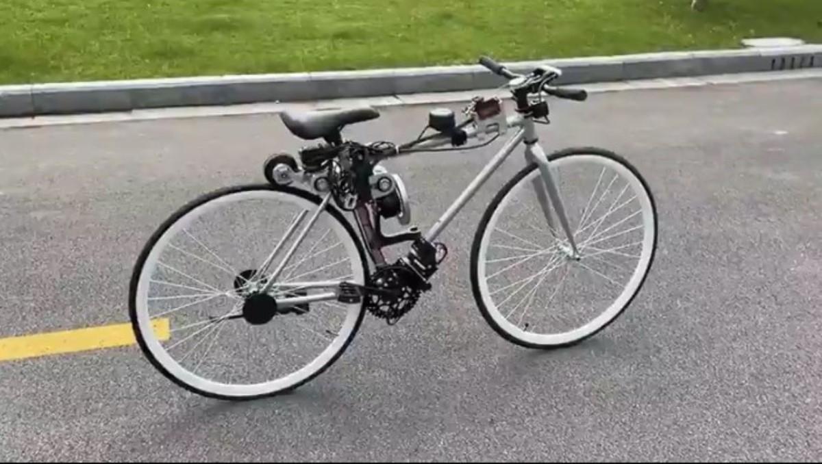 Una bicicleta que se mantiene en equilibrio sola
