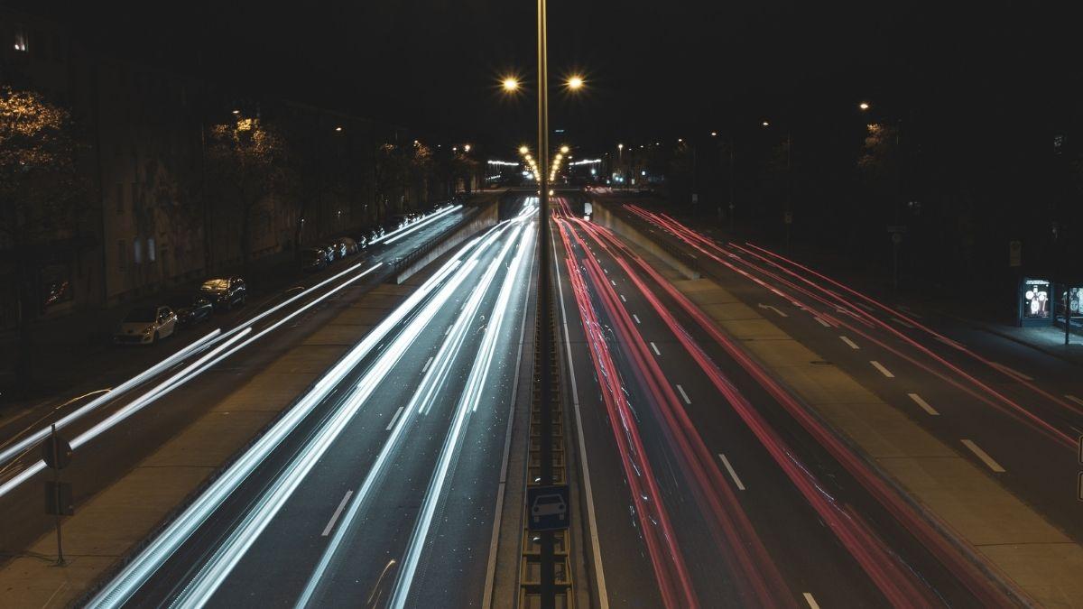Una autopista de hormigón magnetizado para cargar vehículos eléctricos en movimiento